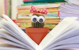 Kaktus liest ein Buch