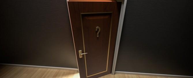 Tür mit Fragezeichen