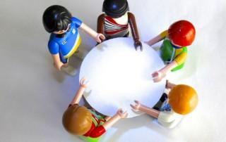 Figuren am runden Tisch